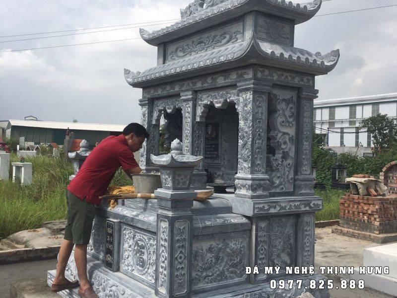 Mẫu Mộ đôi đá xanh cao cấp, hai mái của các nghệ nhân Đá mỹ nghệ Thịnh Hưng - Ninh Bình chế tác, có giá thành khoảng 50 triệu đồng.